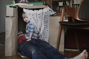 Imágenes de la vida cotidiana cuando los padres disfrutan de un permiso de 16 meses