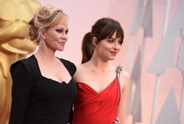 La mujer de rojo. Dakota Johnson destaca en los Oscar 2015 a pesar de ir a conjunto con la alfombra roja