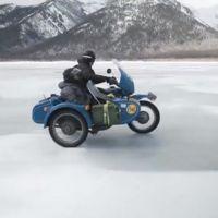 Aventura por el hielo del lago Baikal en Ural con sidecar