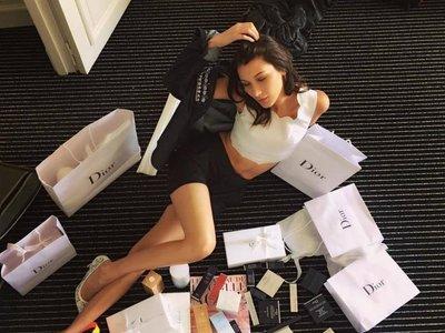 Bella Hadid abre un nuevo mundo de posibilidades: el meta-selfie. ¿Será tendencia?