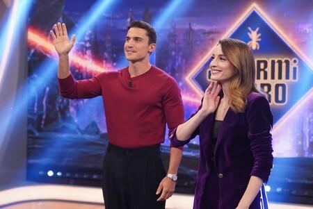 María Valverde presenta 'Fuimos canciones' en 'El Hormiguero' con un precioso traje de terciopelo morado y encontramos uno muy similar en versión low-cost