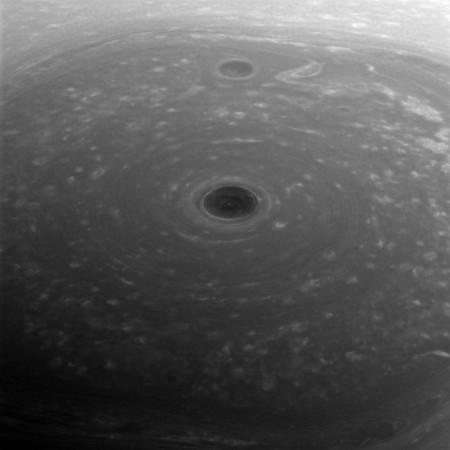 Esto es un primer plano del polo norte de Saturno