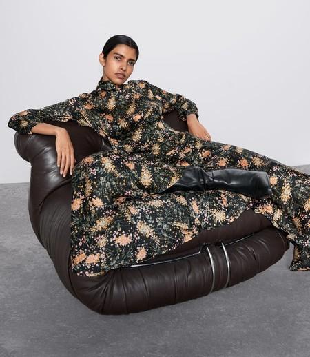 Zara tiene estos siete vestidos midi con estampado floral perfectos para animar el otoño más gris