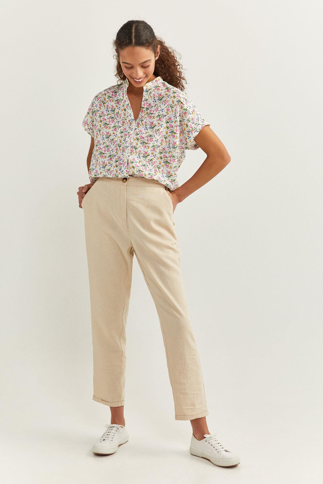 Pantalón chino de lino con bolsillos en los laterales y bolsillos traseros de falsos de vivos.