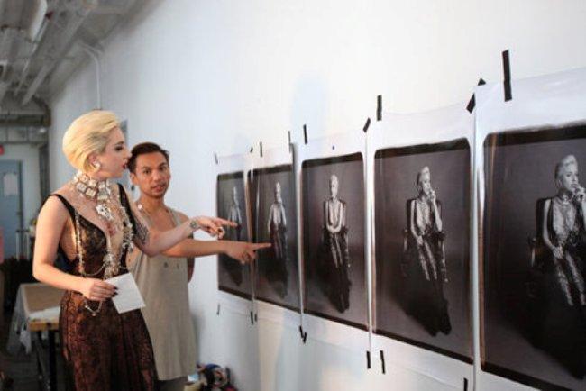 Foto de Nuevas fotos de Lady Gaga escotada de infarto y posando para 'Polaroid'  (1/5)