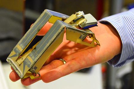 La historia de un robot que nace de una impresora 3D y se monta él solo