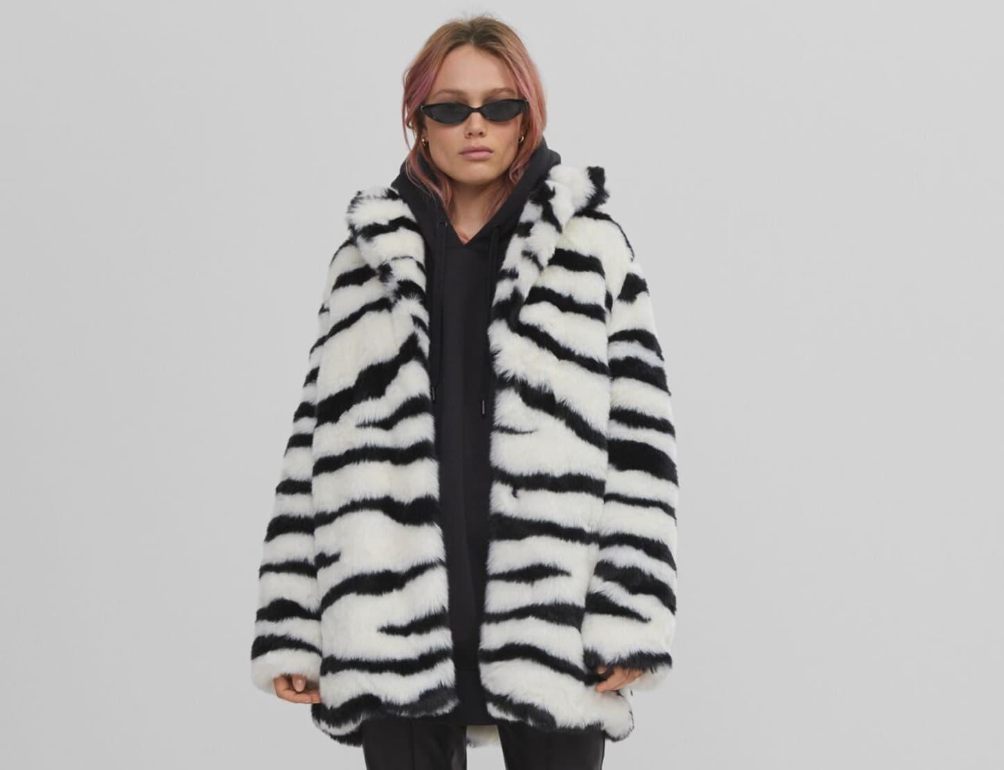 Abrigo pelo con dibujo de piel de zebra