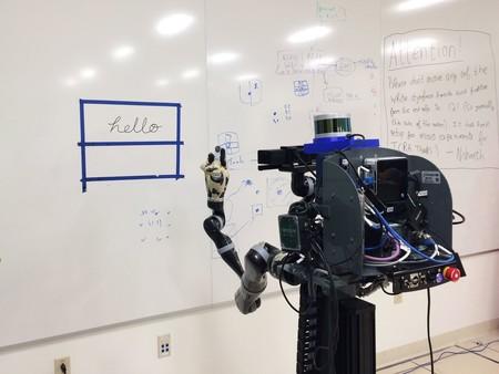Este robot imita la escritura humana a un nivel que dificulta distinguir si fue escrito por un robot o por una persona