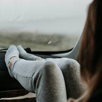 La DGT avisa de las consecuencias de viajar en coche con los pies en el salpicadero
