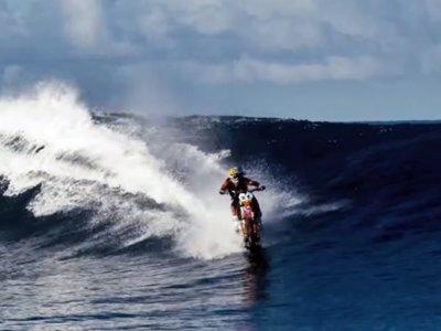 Robbie Maddison surfeando las aguas de Tahiti
