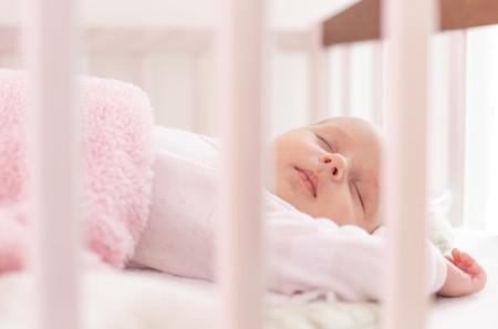 Dormir más tarde a tu bebé no hará que despierte más tarde: cuanto más temprano vaya a la cama, más horas dormirá