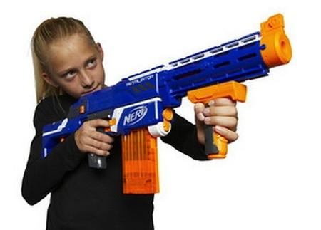 Niña disparando