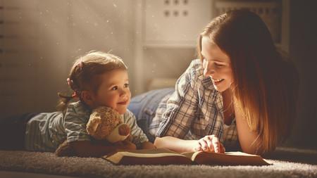 Mama Leyendo Con Hija