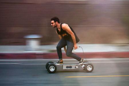 Un monopatín que acelera de 0 a 35 km/h en 5 segundos