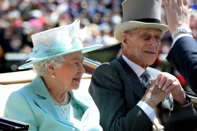 Por allí se ha paseado la Reina Isabel II quien se ha mantenido fiel con un  sombrero. Parece ser que la reina ¡tiene más de 5200! de todo tipo 448d2a2983b