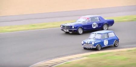 Ford Mustang vs Morris Cooper S, potencia contra agilidad en el circuito