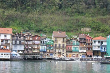 Un barco-museo anclado en el puerto de Pasaia