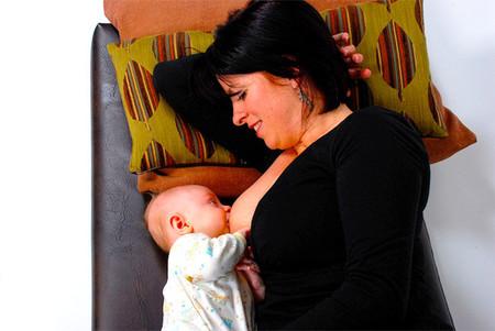 Los bebés que duermen con sus padres son amamantados durante más tiempo, dice un nuevo estudio