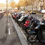 Barcelona plantea crear zonas de pago para aparcar las motos y multar con 100 euros a quien la deje en la acera
