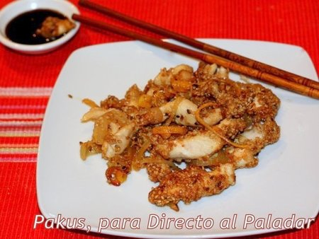 Salteado de pollo con limón y semillas de sésamo cocinado en wok. Receta