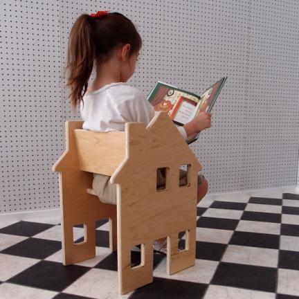 Una silla de madera con la que jugar a la casita