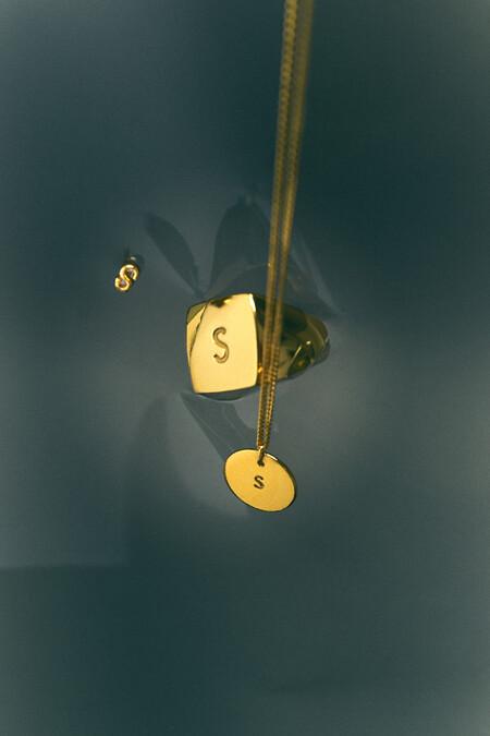 Zara se apunta a la tendencia de las iniciales con esta colección de joyas: un nuevo flechazo para lucir con tus look diarios