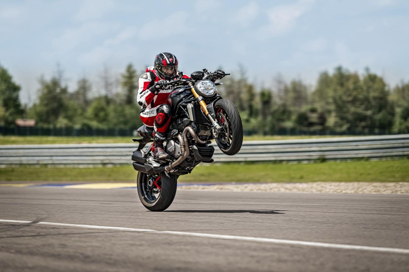 Foto de Ducati Monster 1200 S 2020 color negro (33/68)