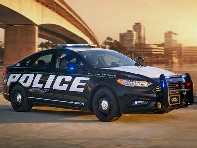 No oirás llegar al primer coche híbrido de policía de Ford apto para persecuciones