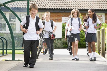 Ninos con uniforme escolar