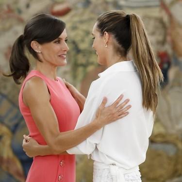 Doña Letizia compite en estilo con la nadadora Ona Carbonell en la recepción en el Palacio de La Zarzuela