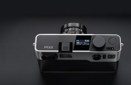 Pixii es una cámara digital diferente que deja atrás la pantalla y la ranura de almacenamiento