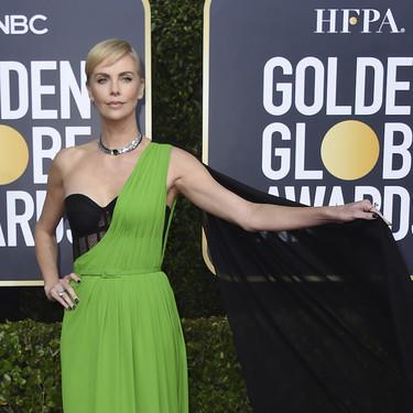 Charlize Theron es la más arriesgada de la noche de los Globos de Oro con un vestido bicolor verde flúor, pero realmente elegante