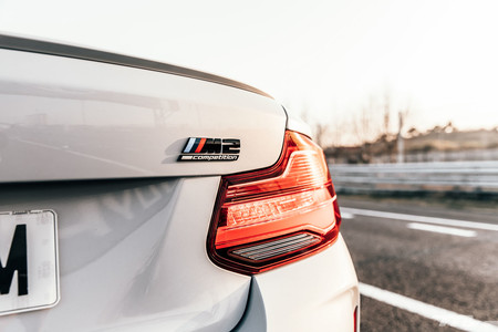 BMW M2 Competition logo trasero