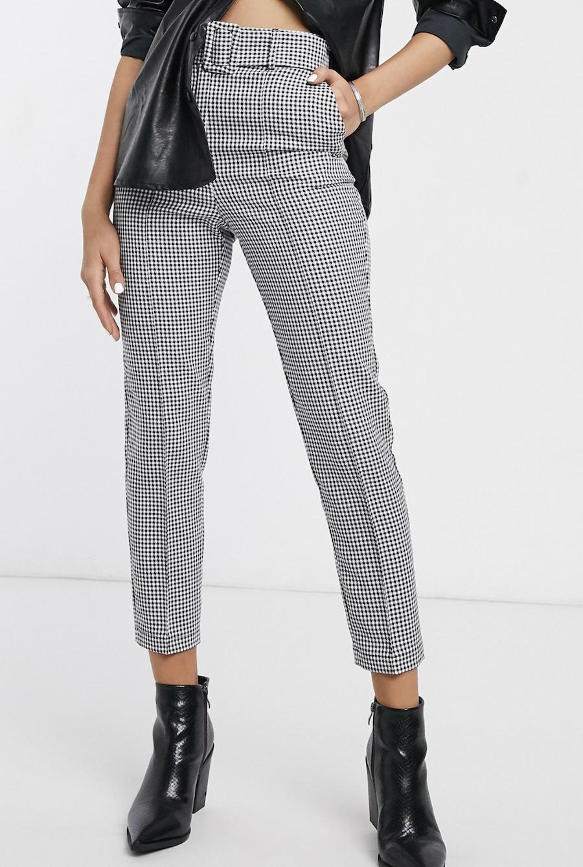 Pantalones de corte slim con cinturón y diseño de cuadros de vichy monocromáticos de ASOS DESIGN