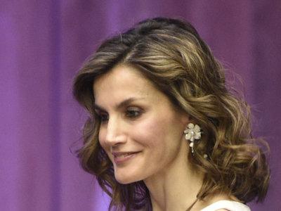 Doña Letizia estrena vestido de Felipe Varela, pero repite en seriedad