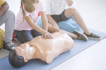 El ingenioso y divertido método para enseñar reanimación cardiopulmonar a los niños