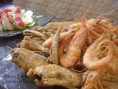 Pescaito o pescado frito con ensalada