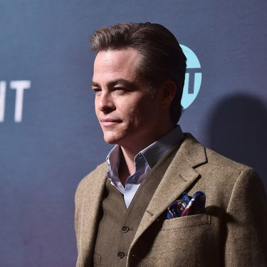 Chris Pine juega con las texturas y colores de su look para la premiere de I Am The Night