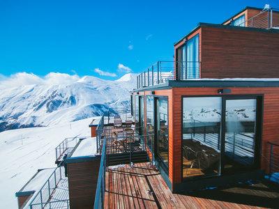 El hotel más impresionante del mundo está hecho de contenedores y se encuentra a 2.200 metros de altura