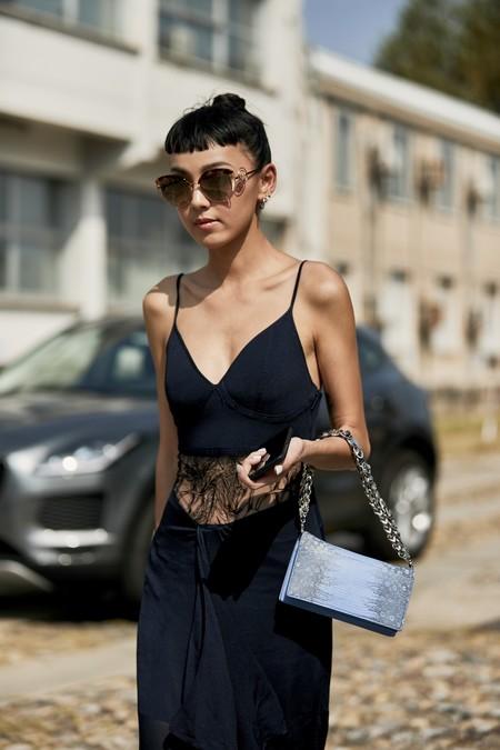 Ocho estilismos perfectos para combinar un vestido negro en verano sin morirte de calor