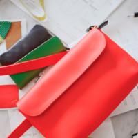 Clare Vivier repite para & Other Stories con coloridos bolsos