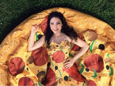 Esta joven se cubrió de pizza en su baile de graduación, literalmente hablando