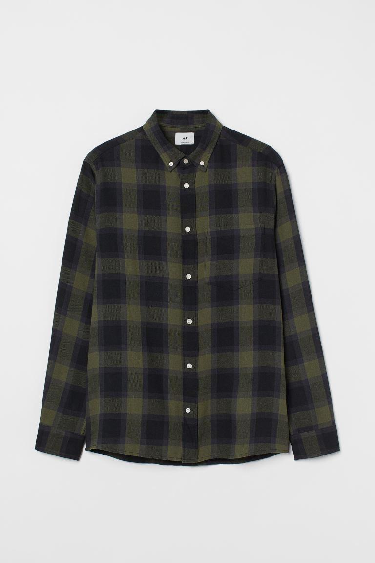 Camisa de cuadros en franela de algodón suave con cuello americano, tapeta clásica y canesú en la espalda. Modelo de manga larga con perilla y botón, puños sencillos, un bolsillo superior y bajo redondeado.