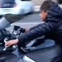 Polémica en Italia: Un vídeo de TikTok caza a un niño de 8 años conduciendo Honda VFR800 de 104 CV y sin casco