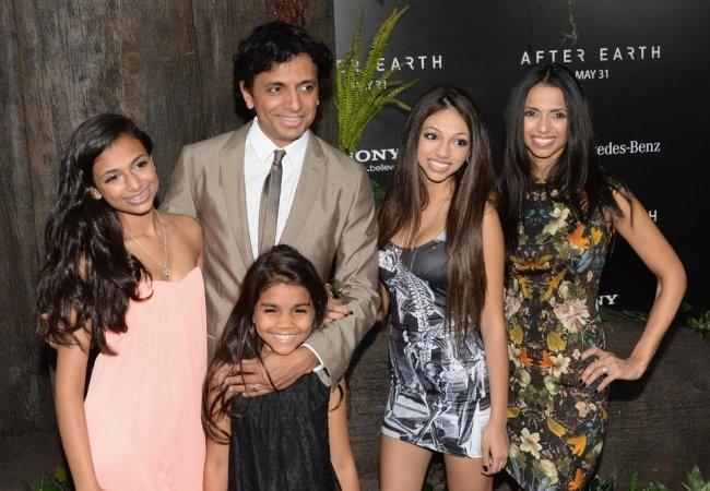 M. Night Shyamalan y su familia en el estreno de After Earth