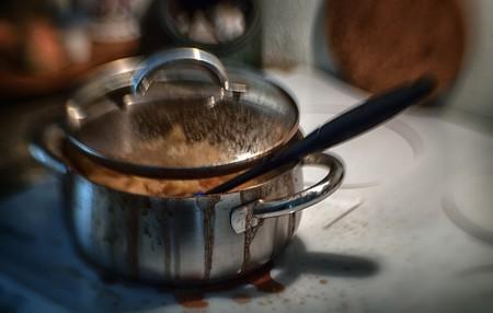 La técnica definitiva para limpiar una olla o sartén que se te ha quemado (según la ciencia)
