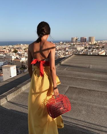 El mundo de la moda está tan loco que ahora los bolsos de plástico de los 80 son un must