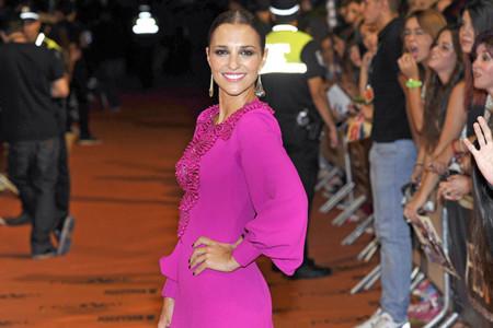 Paula Echevarría y su vestido fucsia deslumbran en el Festival de Vitoria