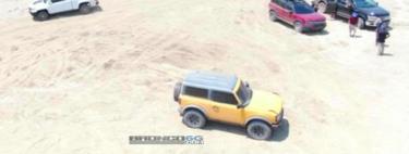 Ford Bronco se asolea en una playa al desnudo y sin temor a los paparazzis