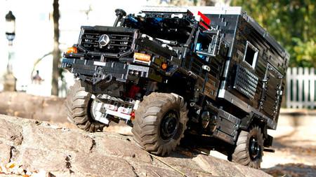 Este Mercedes-Benz Zetros es un camper extremo que desearías que fuese real y no un LEGO